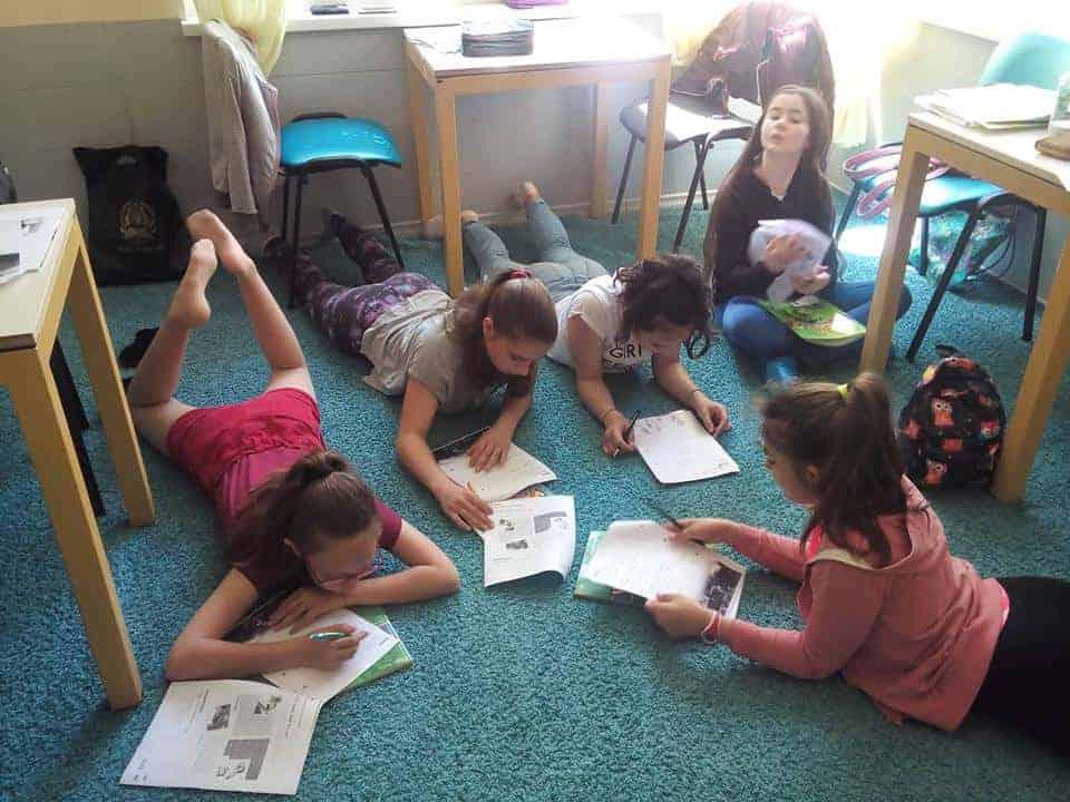 Деца пишат по време на курс по английски