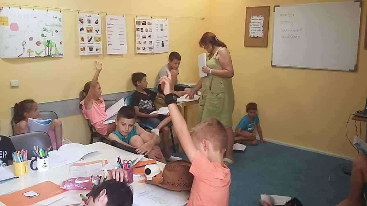 Деца и учителка в час по време на сугестопедичен летен курс по английски