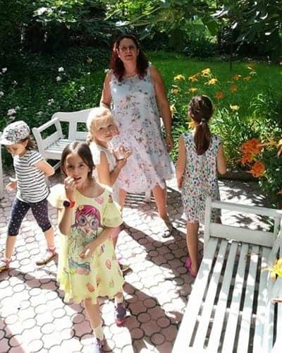 Деца и учителка на градината на сугестопедичен езиков център KREG в междучасие по време на летен курс по английски