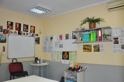 Стая с табла и реквизит за сугестопедичен курс по испански