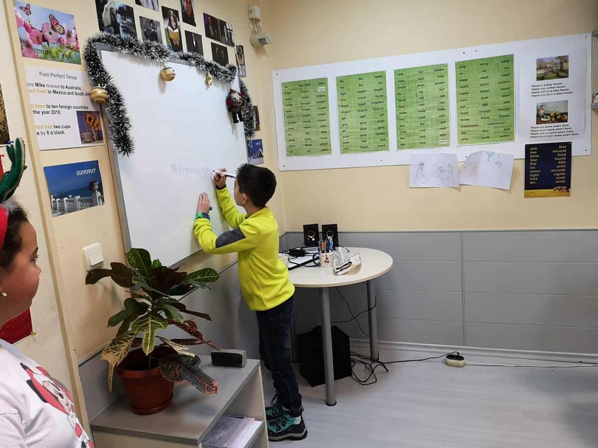 Сугестопедични игри по английски по време на коледната работилница в KREG