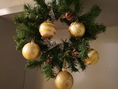 Коледен венец в залата за сугестопедични курове по английски в KREG Варна