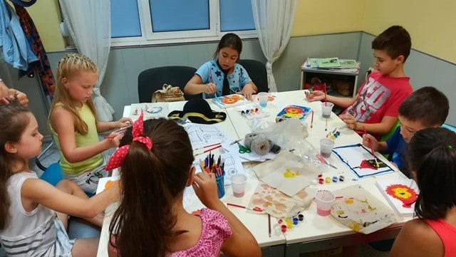 Деца рисуват с бои по време на летен курс по английски