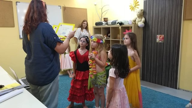 Деца и преподаватели от лятно езиково училище KREG Варна