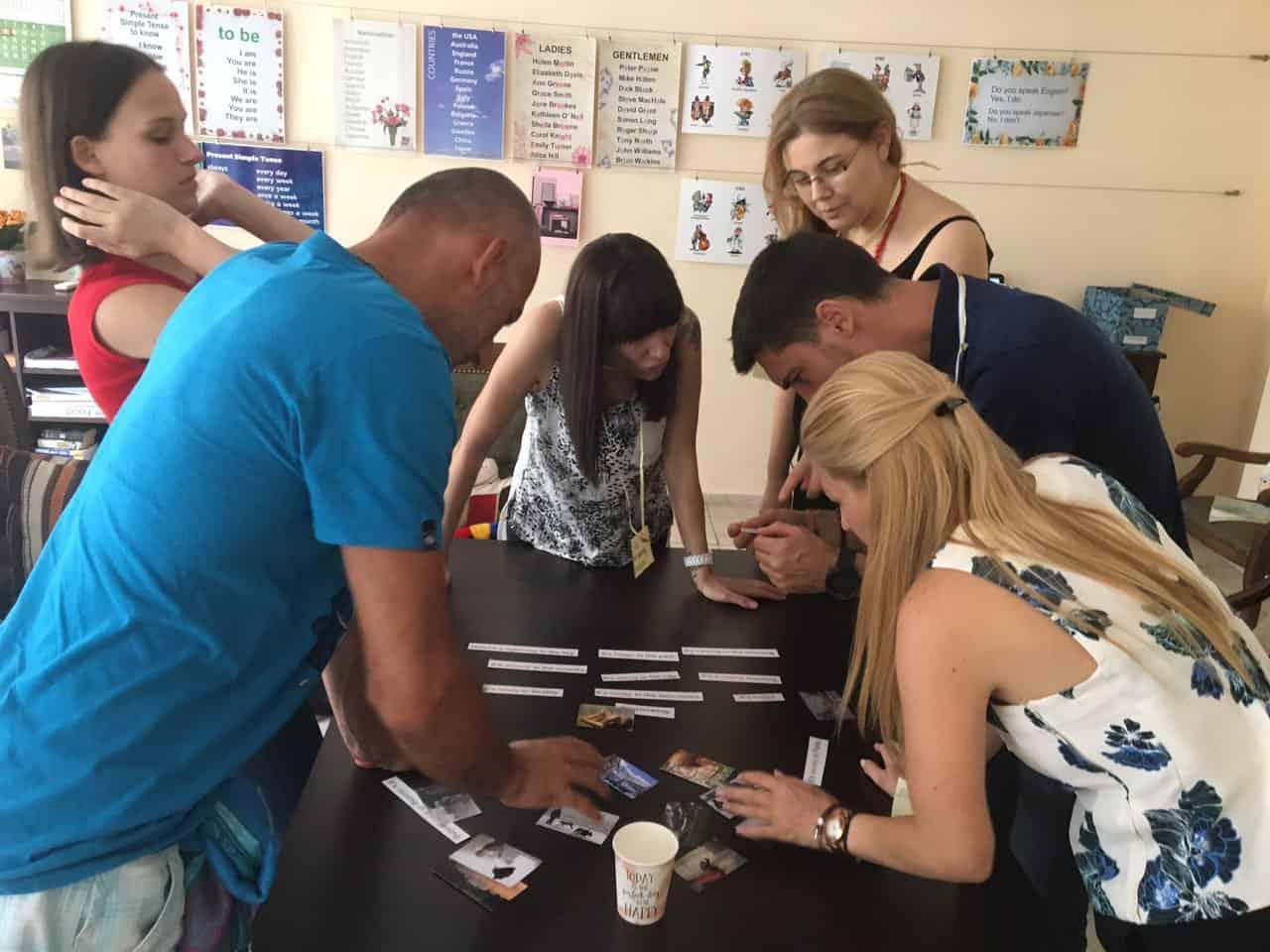 Група хора подреждат сугестопедична игра в курс по английски